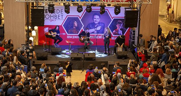 Tuna Kiremitçi, Sena Şener ve Dilhan Şeşen Tepede Sohbet'te Buluştu