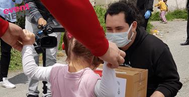 Sultangazi'de kapı kapı dolaştılar, çocuklara 23 Nisan hediyesi verdiler